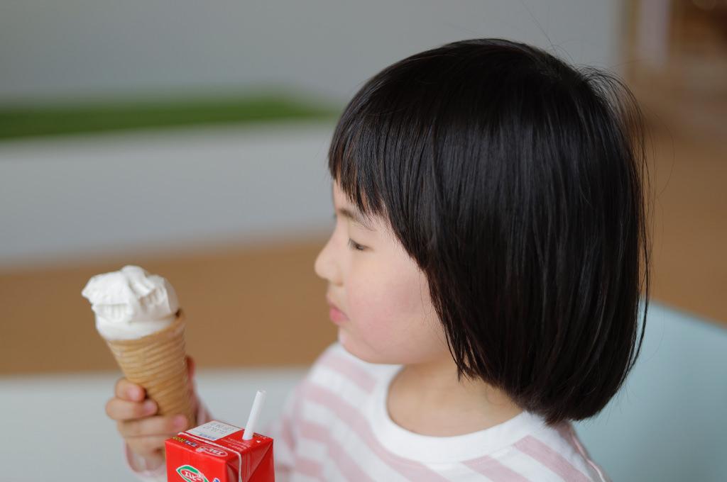 ソフトクリームを食べる子