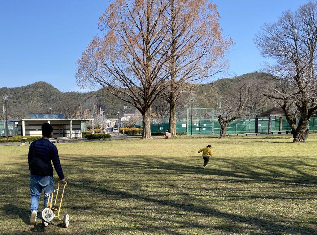 公園での父娘。