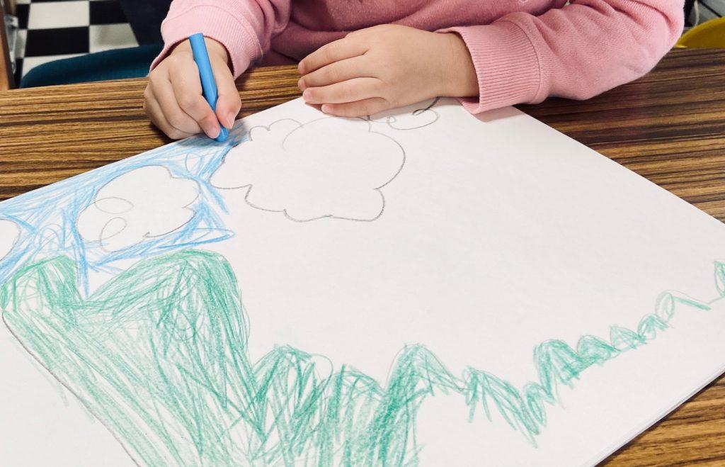 子どもがお絵かきをしているところ。