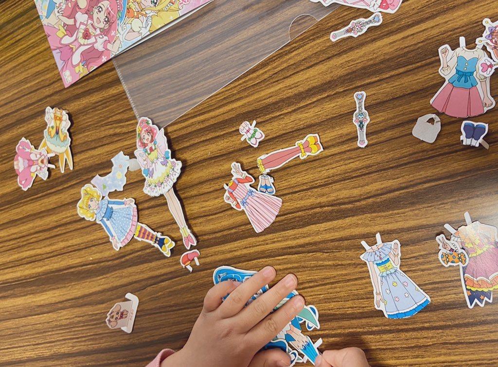 「ヒーリングっど プリキュア」の着せ替えで遊ぶ子ども。