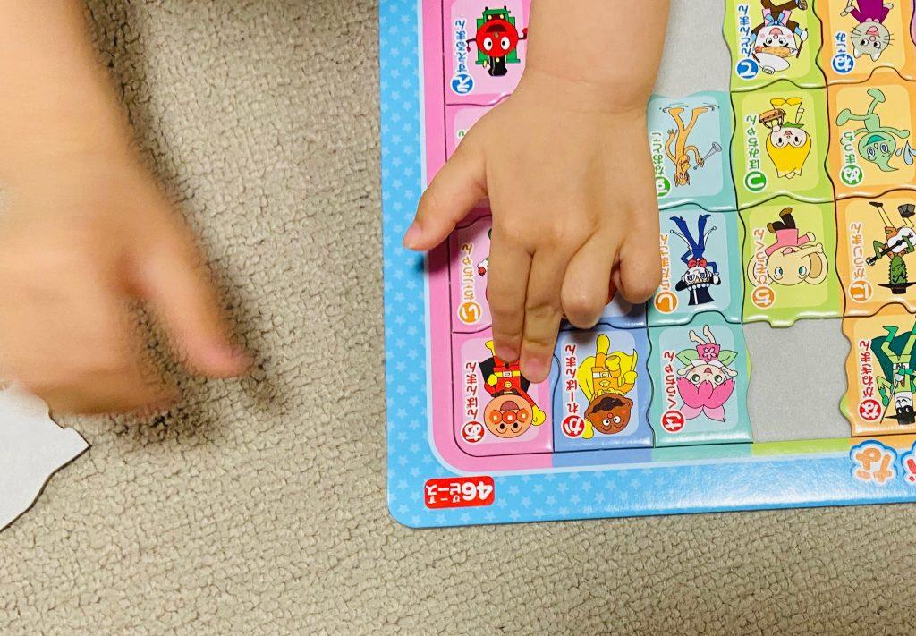 子どもがパズルで遊んでいるところ。