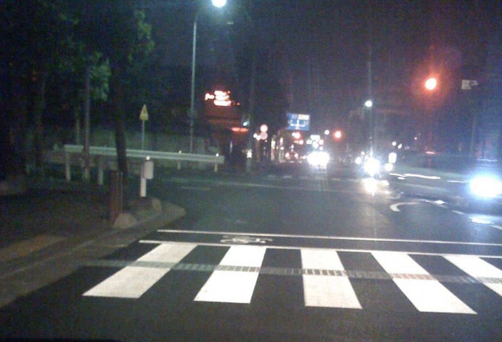 夜の道路。