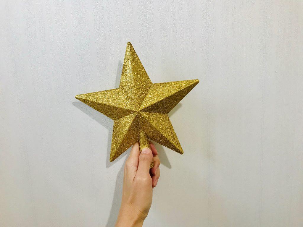 クリスマスツリーの天辺に飾る星