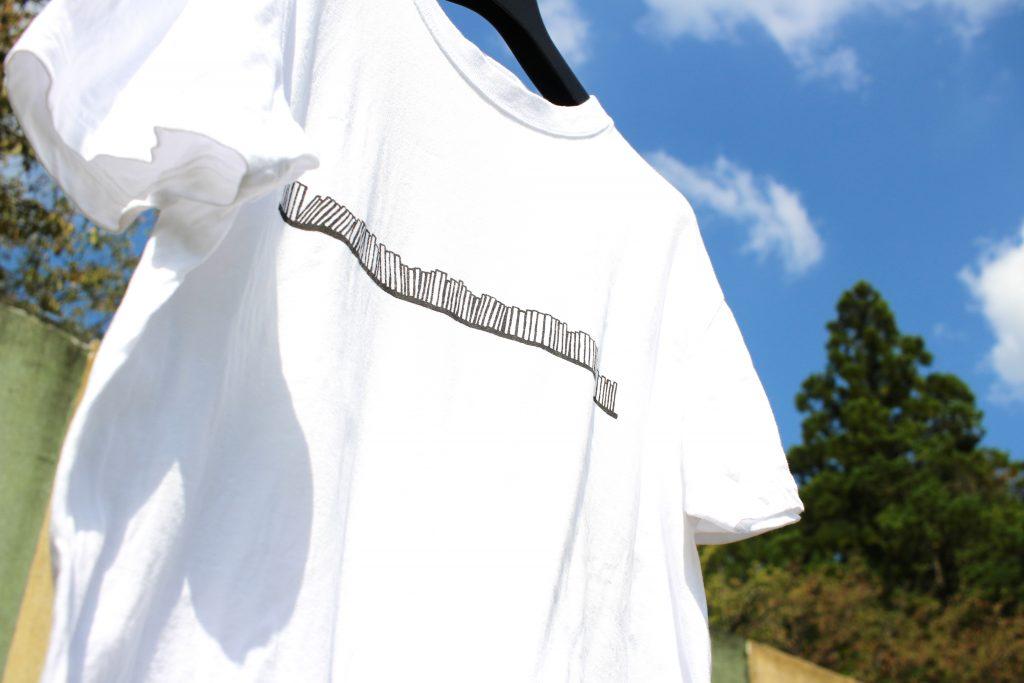 長い本棚Tシャツのアップ写真