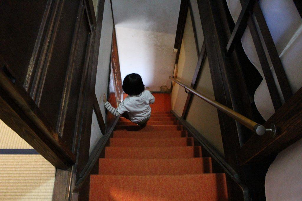 「空と月」の階段を降りる子ども