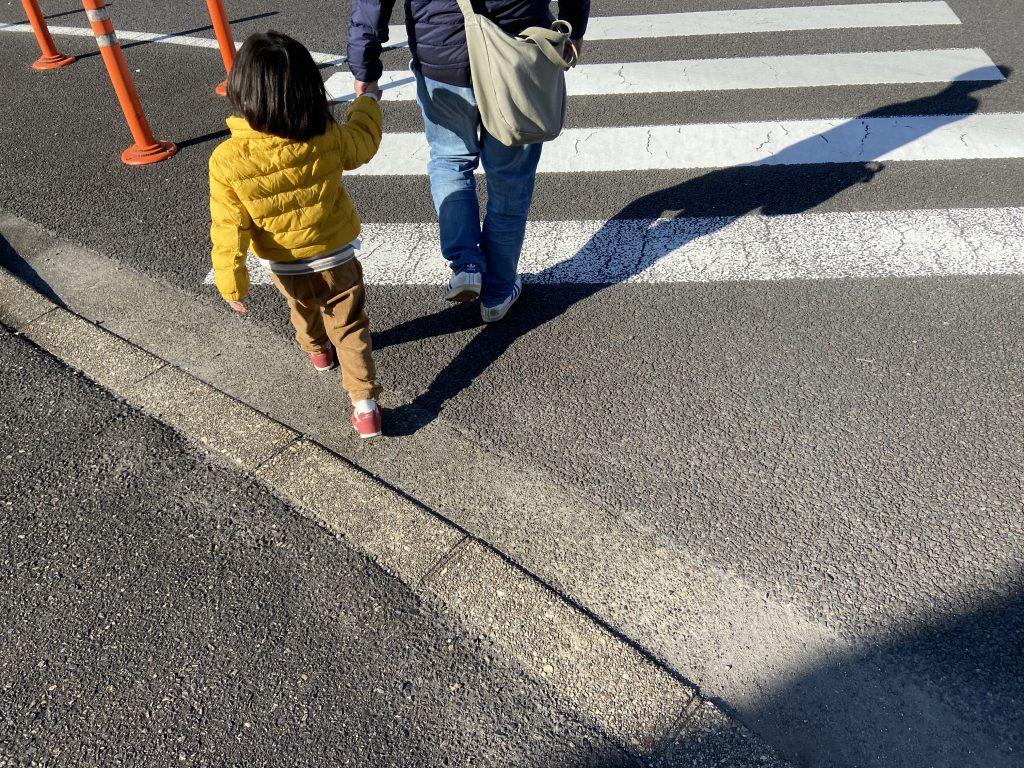 メイン会場へ向かう、父と子ども