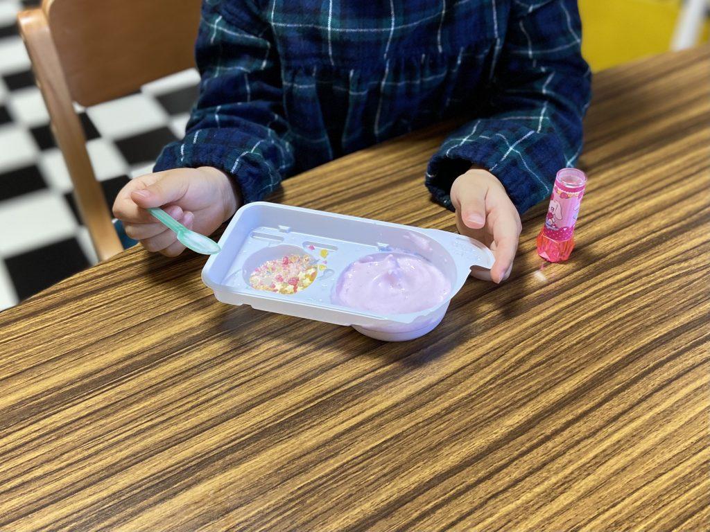 子どもが、ねるねるねるねを食べていたところ。