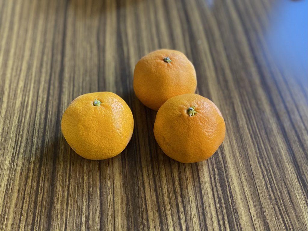 机の上に置いた蜜柑