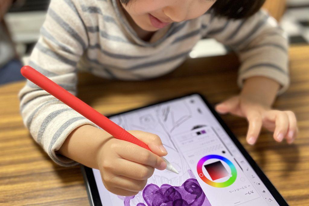 iPadで絵を初めて描く子ども